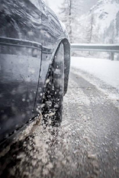 Zjawisko aquaplaningu – Nokian Tyres radzi jak się przed nim chronić